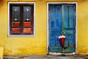Открытка: Зонтик у двери