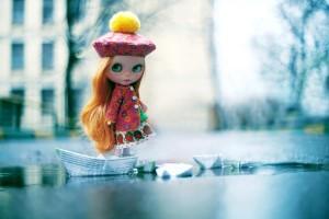 Открытка: Девушка с корабликами