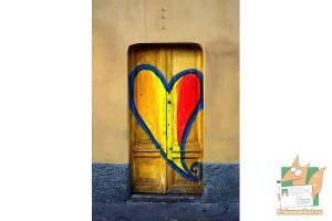 Открытка: Дверь с сердцем