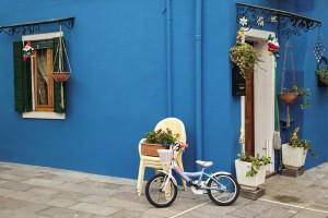 Открытка: Синяя стена и велосипед