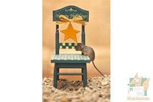 Открытка: Мышка на стуле