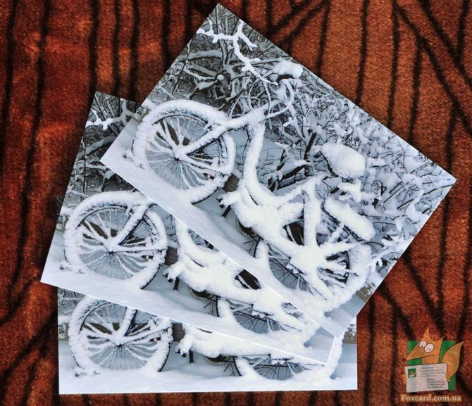 Почтовая открытка с велосипедами в снегу